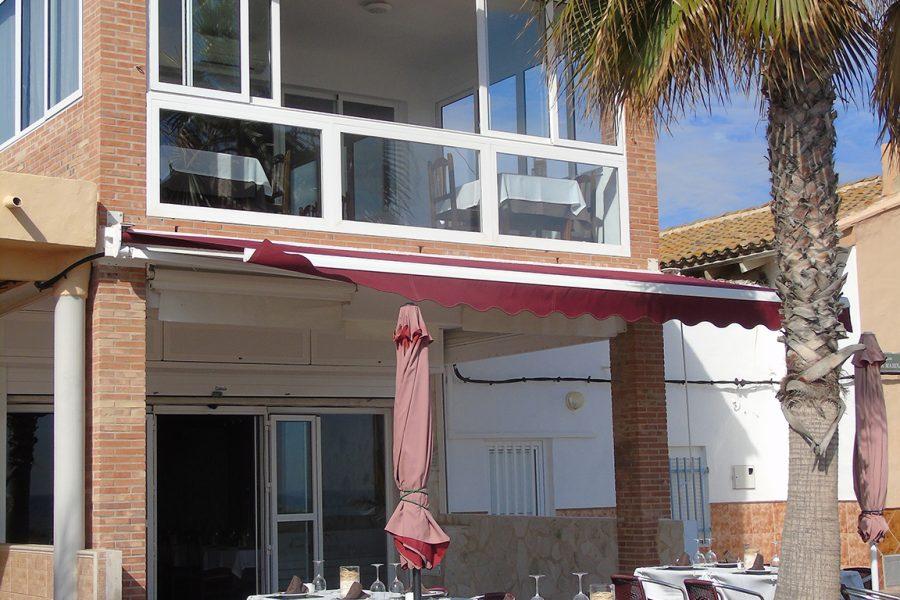 Fachada y terraza en el paseo marítimo de la Playa de Puçol