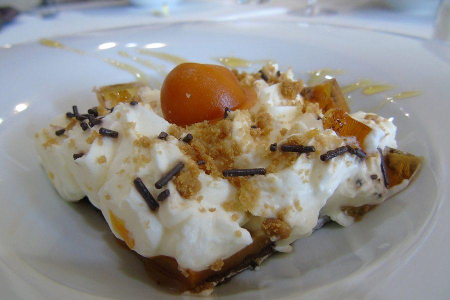 Tarta de chocolate blanco con dulce de leche y crocanti de almendra