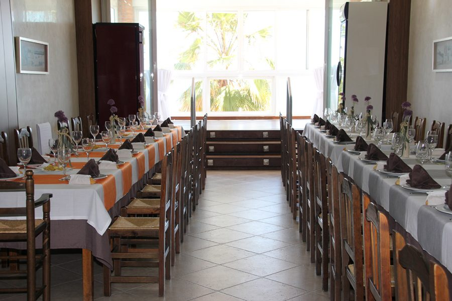 Mesas preparadas para un evento