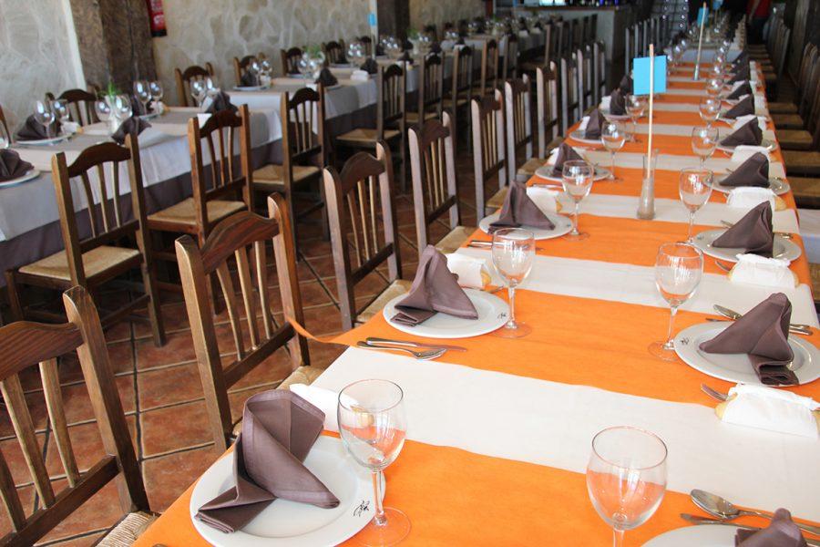 Mesa montada para comida de empresa