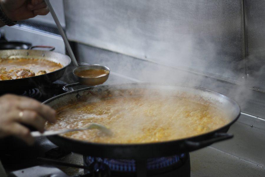 Cocinando Paella en el Restaurante Galli