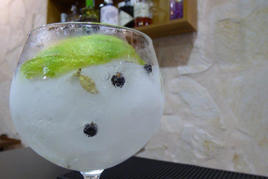 Detalle de la preparación de un Gin Tonic